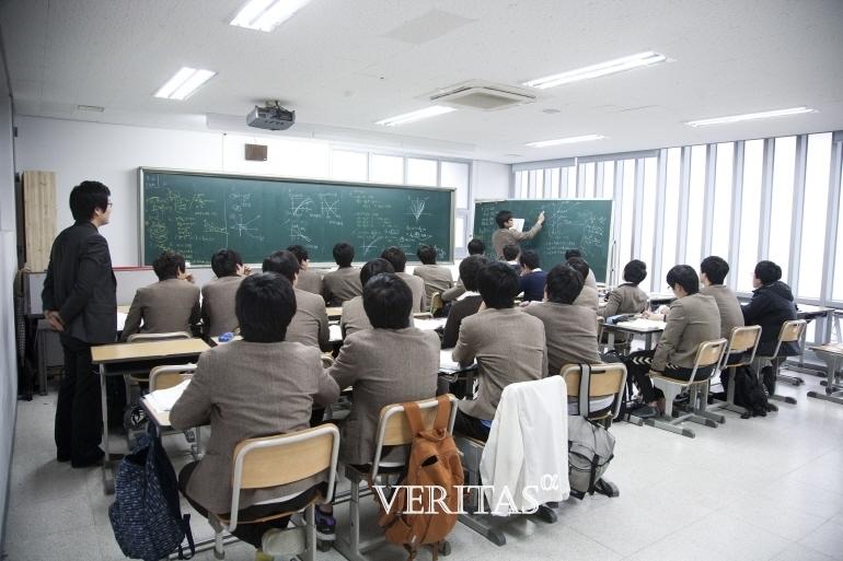 2019학년 학업중단 고교생비율은 1.7%로 전년 1.6%보다 0.1%p증가했다. 전체 학생 141만1027명 중 2만3894명이 학업을 중단한 결과다. 특히 서울의 경우교육특구에서의 학업중단학생수가 많은 것으로 나타났다. 서울 25개자치구 중 학업중단학생수가 가장 많은 곳은 강남구였다.서울에서 발생한 4318명의 학업중단학생 중 9.38%인 405명이 강남구 출신이었다.이어 노원구(369명)강서구(309명)송파구(263명)은평구(247명) 순으로 톱5였다. /사진=베리타스알파DB